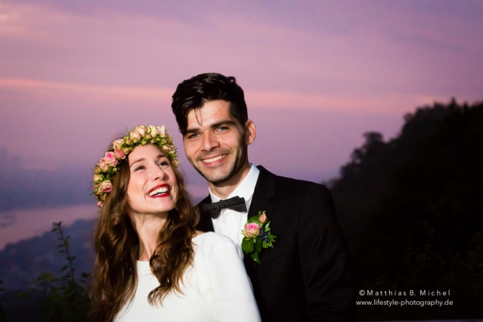 Brautpaar im Sonnenuntergang auf dem Drachenfels bei Königswinter.