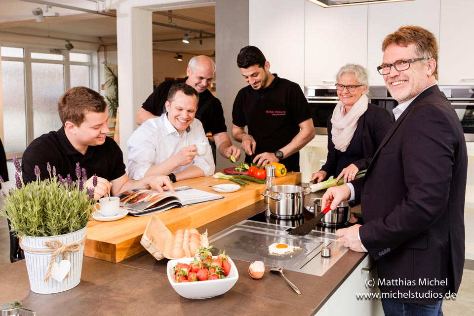Küchenstudio Team kocht für den Fotografen