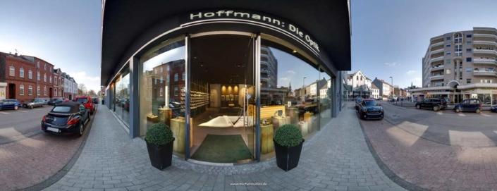 Panoramafoto eines Geschäftseingangs / Augenoptiker